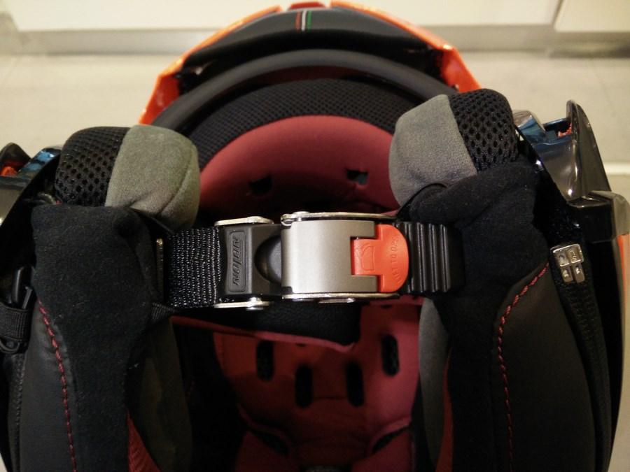 a quoi correspondent les diff rentes attaches de casques moto. Black Bedroom Furniture Sets. Home Design Ideas