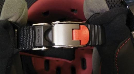 système-jugulaire-casque-micrometrique